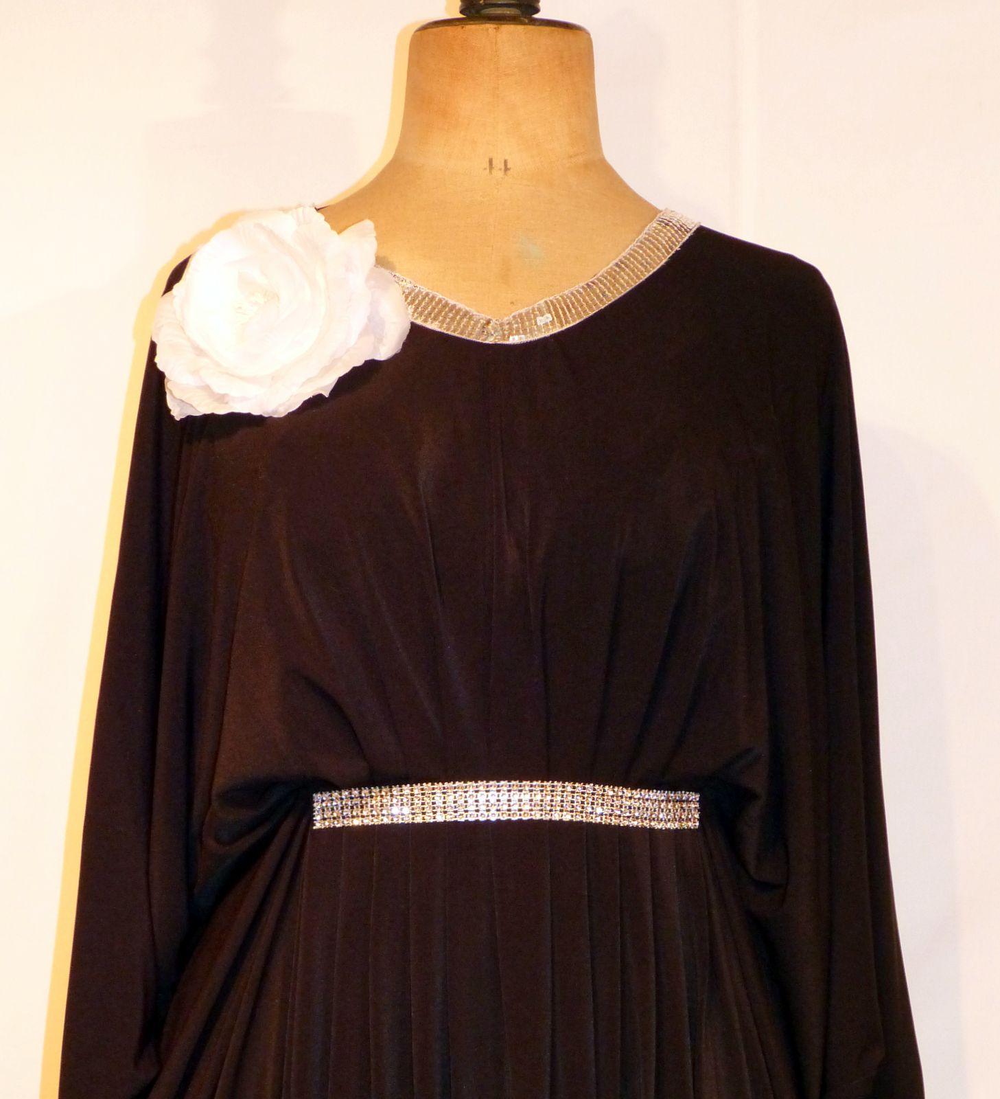 location de robe grande taille iris noir location robe. Black Bedroom Furniture Sets. Home Design Ideas